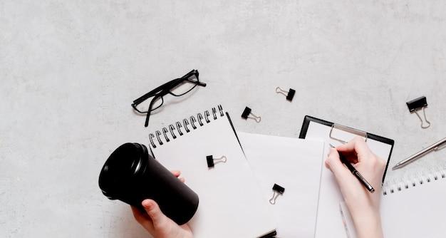Isolation und arbeit von zu hause konzept flatlay. bleistifte, notizblock, linealschere und büroklammern. oben horizontale ansicht copyspace zurück zum schulkonzept Premium Fotos