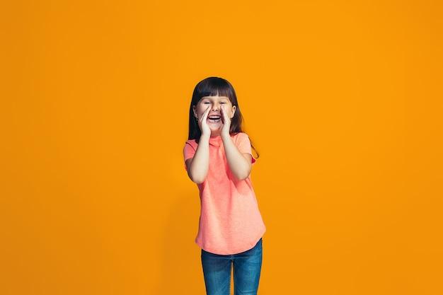 Isoliert auf rosa junges lässiges jugendlich mädchen, das im studio schreit Kostenlose Fotos