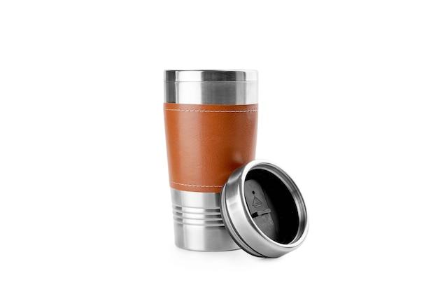 Isoliert in weißer wiederverwendbarer thermotasse aus edelstahl und leder. umweltfreundlicher lebensstil. Premium Fotos