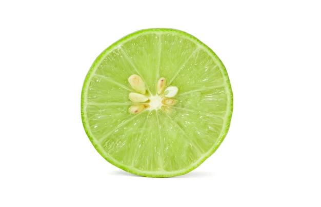 Isoliert von frischen grünen zitronen- oder limettenfrüchten Premium Fotos
