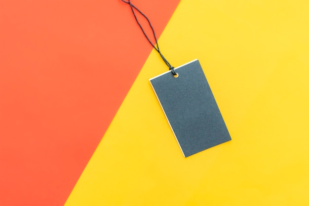 Isolierte kleidung preisschild mit textfreiraum auf rot, gelb und rosa farbe hintergrund. Premium Fotos