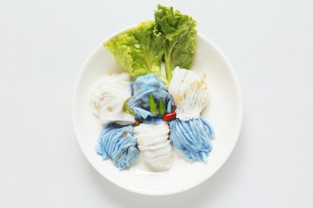 Isolierte schweinefleisch gedämpfte reispakete asiatisches thailändisches dessertessen auf holztisch Premium Fotos