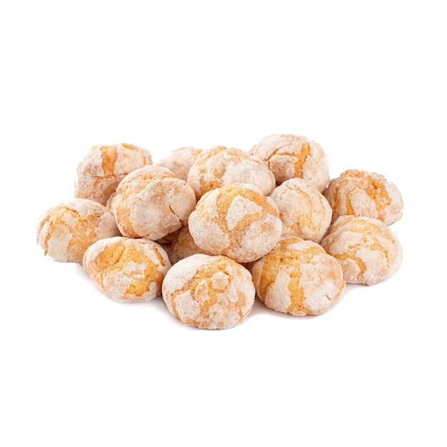 Isolierter haufen kekse mit puderzucker auf dem weißen abgrund Premium Fotos