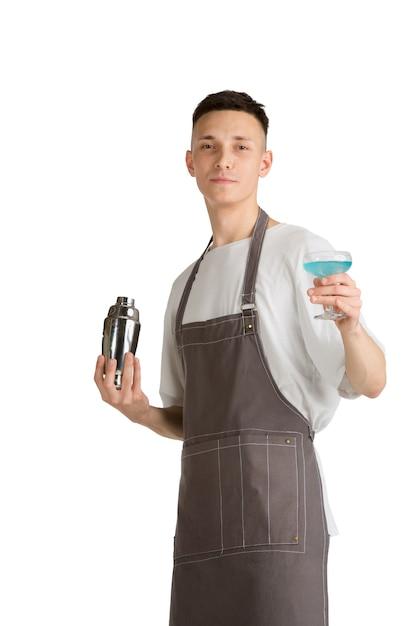 Isoliertes porträt eines jungen männlichen kaukasischen barista oder barkeepers im braunen schürzenlächeln Kostenlose Fotos