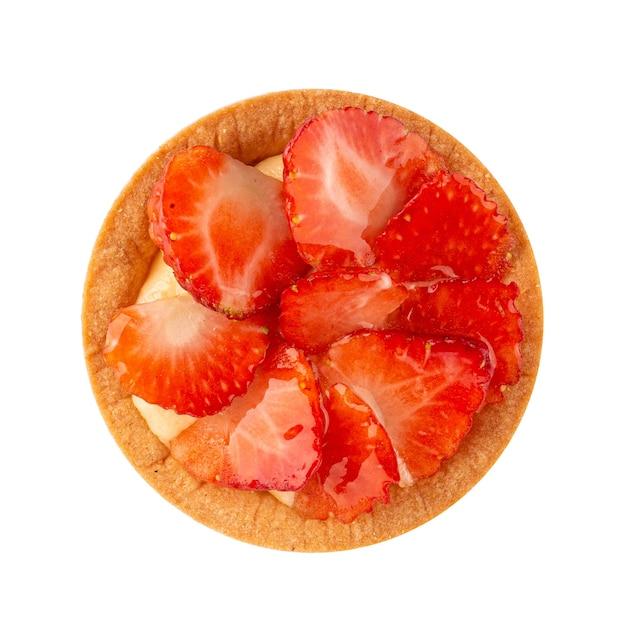Isoliertes törtchen mit erdbeeren und sahne auf der weißen oberfläche Premium Fotos
