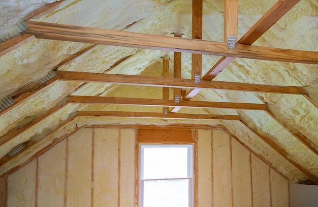 Isolierung des dachbodens mit schaumpolyharnstoffisolierung kälteschutz und isoliermaterial Premium Fotos