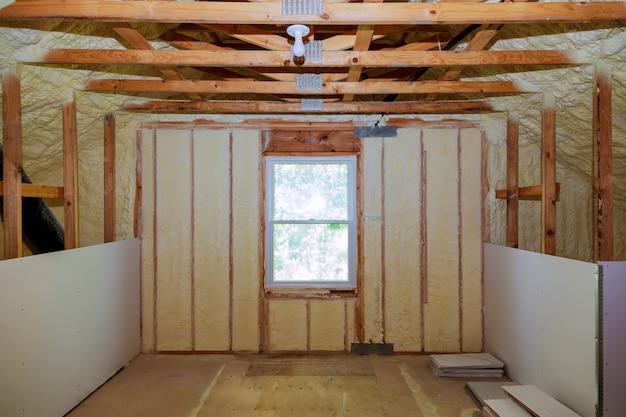 Isolierung des dachgeschosses mit glasfaser-kältesperre und isoliermaterial Premium Fotos
