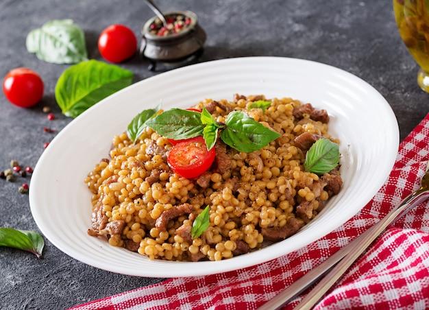 Israelischer couscous mit rindfleisch. leckeres essen. asiatische mahlzeit. Kostenlose Fotos