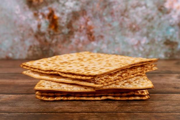 Israelisches matzebrot für den jüdischen feiertag. Premium Fotos