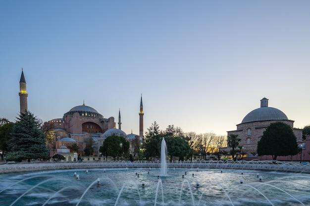 Istanbul-skyline mit ayasofya in der türkei Premium Fotos
