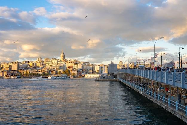 Istanbul-stadtskyline mit ansicht des galata-turms in istanbul-stadt, die türkei Premium Fotos