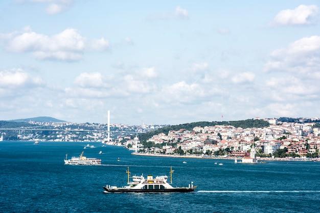 Istanbuls ozeanszene mit kreuzschiff Kostenlose Fotos
