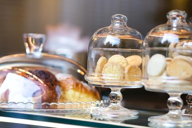 Italienische artplätzchen des kekses auf kleinanzeige in den glaskästen Premium Fotos