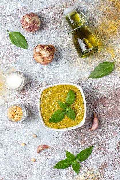 Italienische basilikum-pesto-sauce mit kulinarischen zutaten zum kochen. Kostenlose Fotos