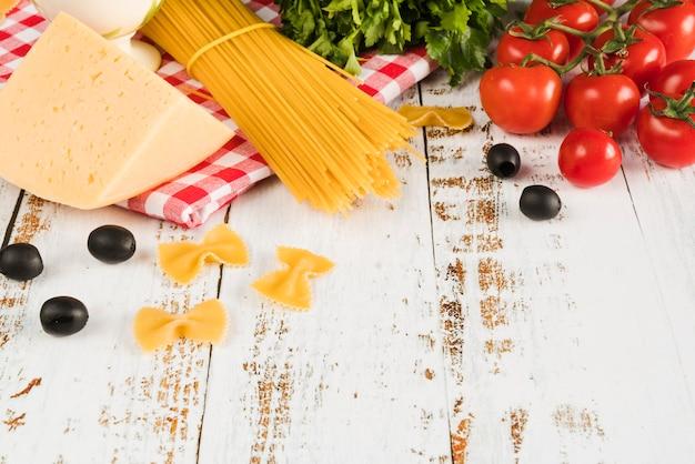 Italienische bestandteilgruppe auf weißer tabelle Kostenlose Fotos