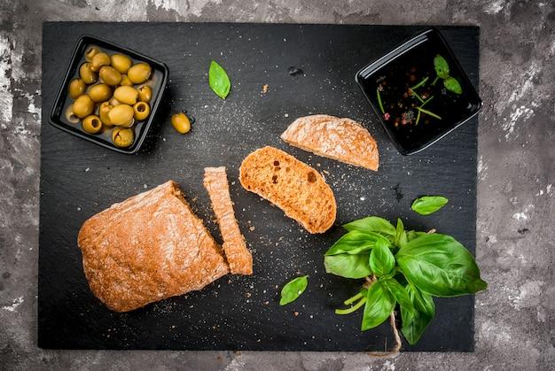 Italienische ciabatta mit öl, oliven und gemüse Premium Fotos