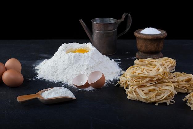 Italienische hausgemachte pasta namens fettuccine Premium Fotos