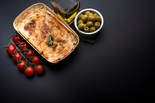 Italienische klassische tellerlasagne mit tomate und olive Kostenlose Fotos