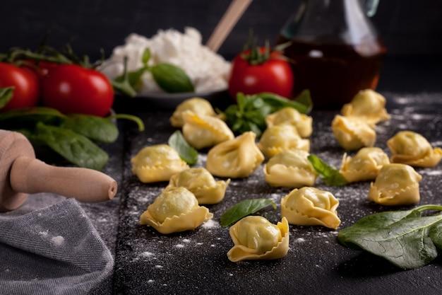 Italienische pasta mit spinat und ricotta Premium Fotos