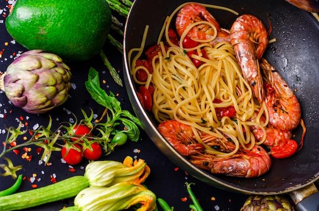 Italienische pasta mit tigergarnelen oder garnelen mit gemüse Premium Fotos