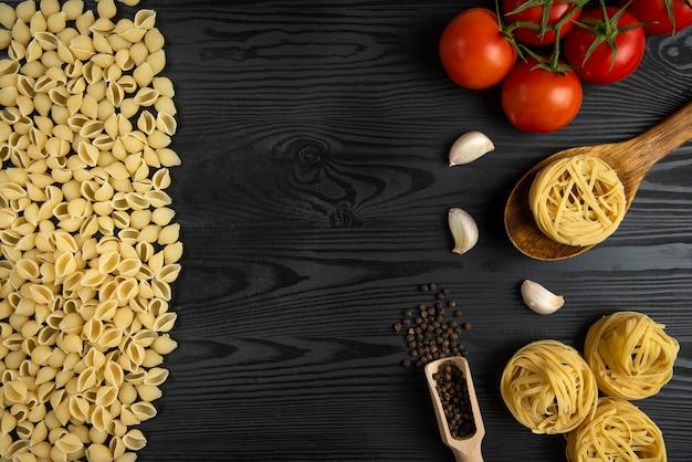 Italienische pasta mit tomaten und knoblauch Kostenlose Fotos