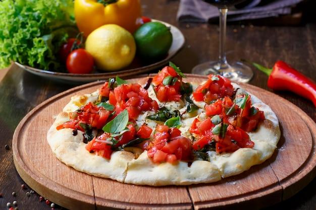 Italienische pizza mit tomaten und basilikum Premium Fotos