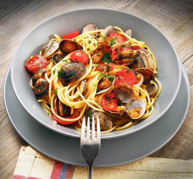 Italienische spaghetti mit muscheln Premium Fotos