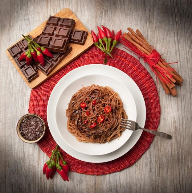 Italienische spaghetti mit schokolade und pfeffer Premium Fotos