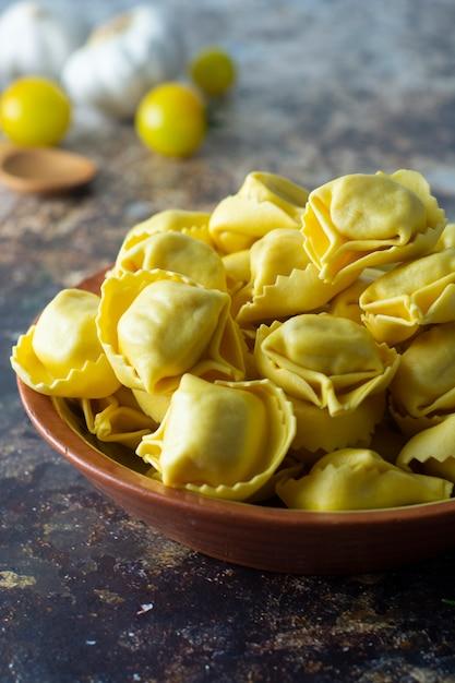 Italienische traditionelle teigwaren der tortelloni-teigwaren mit fleisch oder gemüse Premium Fotos