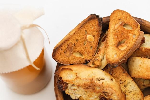 Italienische trockene plätzchen cantucci oder biscotti mit nüssen in einer hölzernen schüssel Premium Fotos