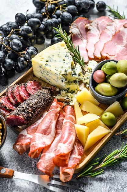 Italienische vorspeisen oder antipasti setzen gemischte delikatessen aus käse und fleischsnacks. ansicht von oben Premium Fotos
