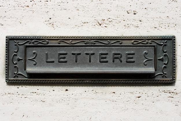 Italienischer briefkasten aus eisen Premium Fotos