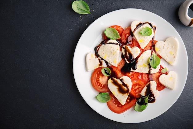 Italienischer caprese salat für valentinstag Kostenlose Fotos