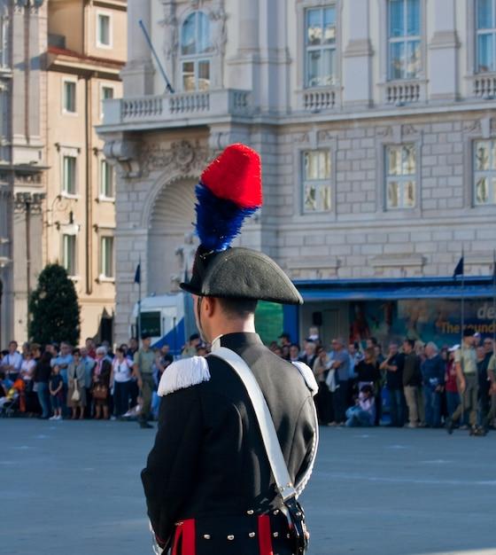 Italienischer polizist mit federhut Premium Fotos