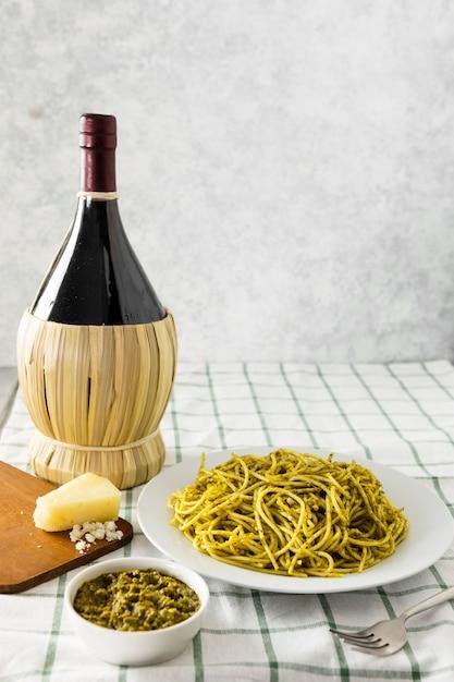 Italienischer teigwarenteller mit weinflasche Kostenlose Fotos