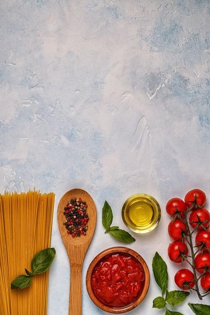 Italienisches essen mit pasta, gewürzen und gemüse Premium Fotos