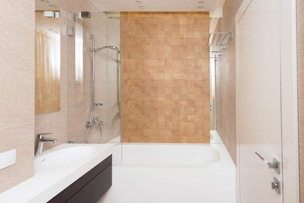 Iterior gäste-bad in warmen tönen Premium Fotos