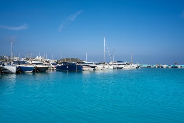 Jachthafen ibiza santa eulalia auf den balearen Premium Fotos