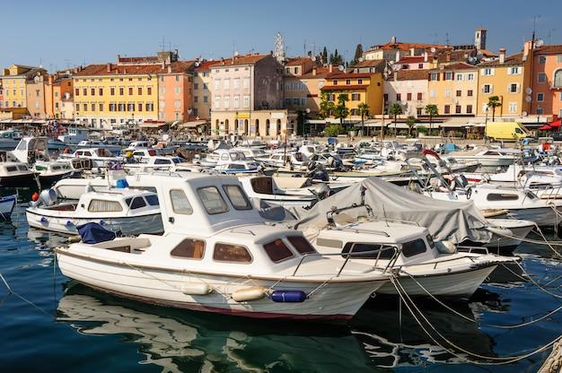 Jachthafen von rovinj-stadt, kroatien Premium Fotos
