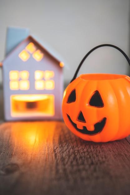 Jack-o-lantern eimer in der nähe von kerze Kostenlose Fotos