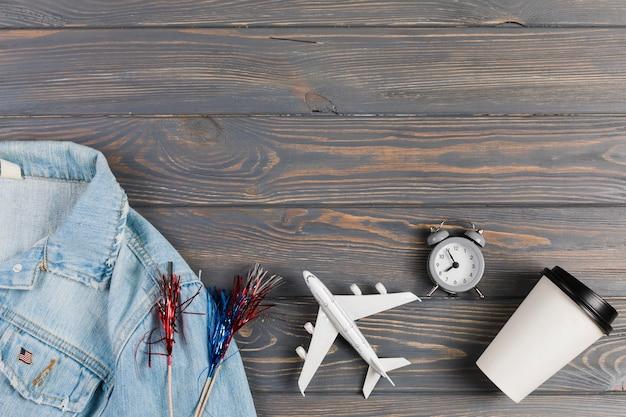 Jacke und flugzeug mit uhr und kaffee Kostenlose Fotos