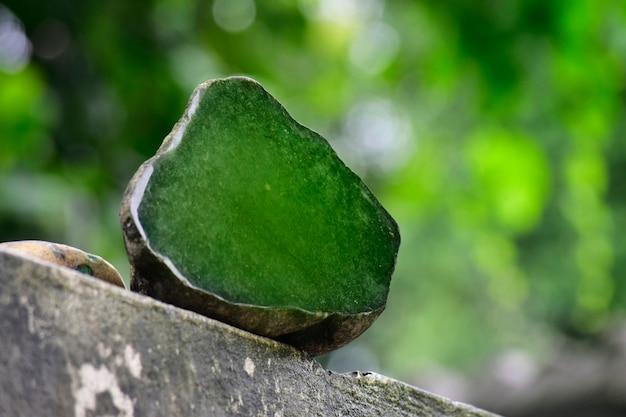 Jade ist eine echte natürliche jade, klumpen auf einem schönen natürlichen hintergrund. Premium Fotos