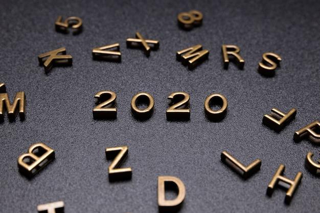 Jahr 2020 zeichen auf einem schwarzen schreibtisch. Kostenlose Fotos
