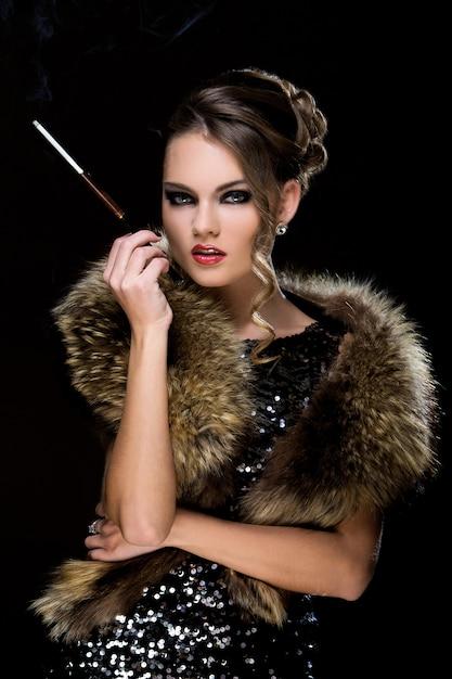Jahrgang. schönes mädchen mit zigarette Kostenlose Fotos