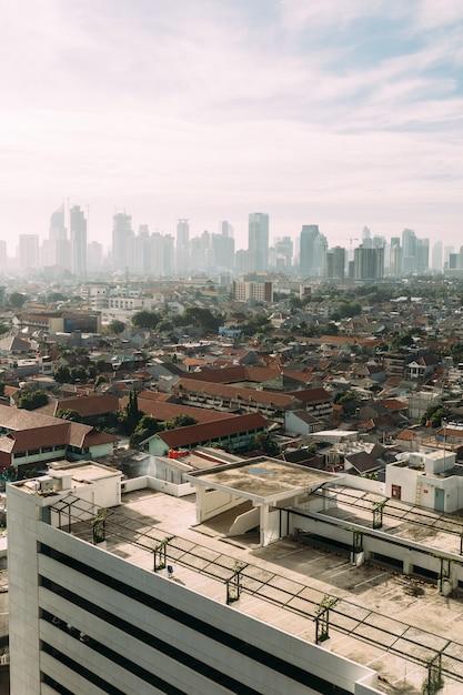 Jakarta-stadtbild mit hohen wolkenkratzern Premium Fotos