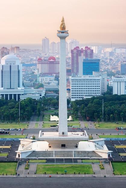 Jakarta-stadtskyline mit nationalem denkmal (monas) am nachmittag Premium Fotos