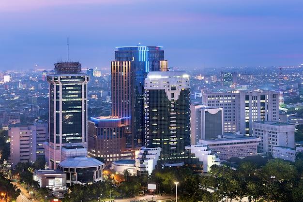 Jakarta-stadtskyline mit städtischen wolkenkratzern nachts Premium Fotos