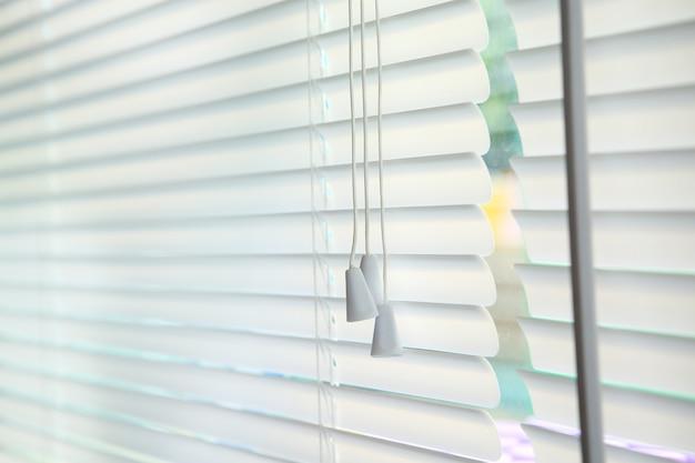 Jalousiefensterdekorationsinnenraum des raumes Premium Fotos