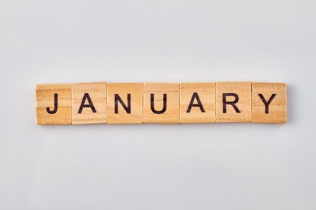 Januar wort geschrieben auf holzklötzen. auf weißem hintergrund isoliert. Premium Fotos