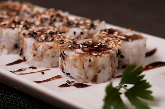 Japanische sushi, köstliches asiatisches lebensmittel-lachsfischgericht-gericht, chinesische mahlzeit, asiatisches biologisches lebensmittel, meeresfrüchte Premium Fotos